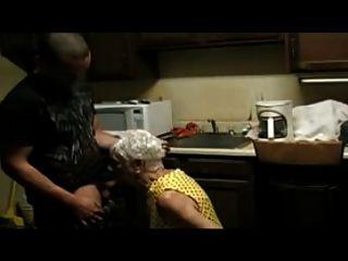 एक जवान लड़का कमबख्त 75 साल की महिला