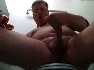 पिताजी मुंह पर पसीना करते हैं और अपने भार को गोली मारता है