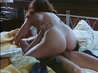 विंटेज चेहरा और स्तन बिस्तर में एक शॉवर ले ..