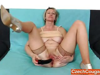 गोरा शौकिया माँ मोज़ा में एकल
