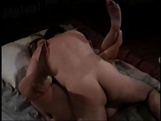 गलफुला लड़की सह स्तन पर