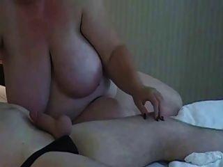 बड़े स्तन बीबीडब्ल्यू माँ चूसने मुर्गा
