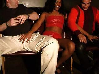 दो सफेद लड़कों के साथ लैटिना ..