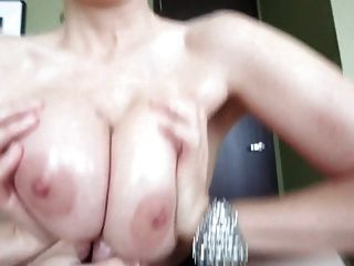 pov कमिंग के बीच स्तन (titfuck खत्म)