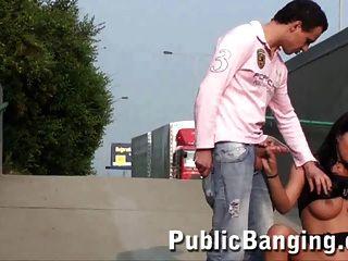 किशोरों में बड़े स्तन के साथ सार्वजनिक त्रिगुट सेक्स शांत