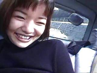एक कार में दो जापानी लड़कियों