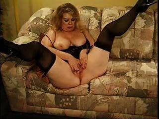 सोफे पर बूढ़ी औरत