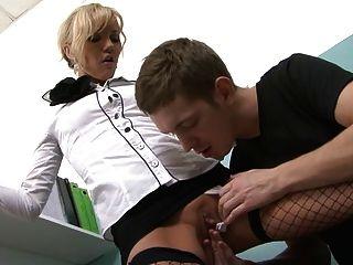 सेक्सी ऑफिस मिस्त्री उसके चेहरे पर jizz पहनती है