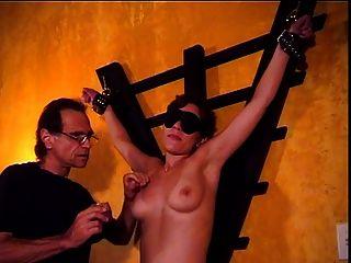 बड़े स्तन आकर्षक audrey एक बीडीएसएम सत्र में उसके स्तन पर गर्म मोम के साथ समाप्त होता है