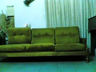 इंडोनेशियाई इंडो लड़की सोफे पर बढ़ा