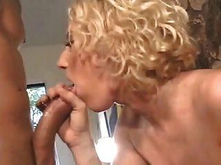 सेक्सी घुंघराले बालों वाला गोरा भारी स्तन के साथ चिमनी द्वारा गुदा हो जाता है