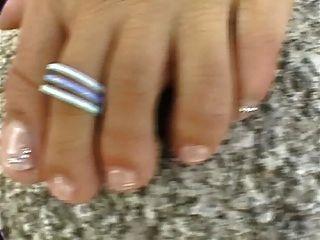 दास लड़की अपने नंगे पैर से पता चलता है