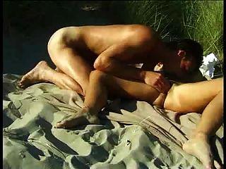 .... समुद्र तट पर एक गर्म पोर्न