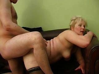 उसके प्रेमी के साथ सेक्सी दादी लीना