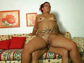 टैटू मोटा लड़की सोफे पर टक्कर लगी है