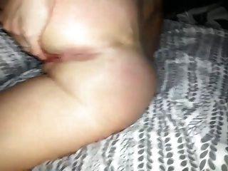 पत्नी उसे बिल्ली और गधा छेद के साथ खेल रहा है