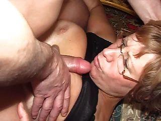 saggy स्तन और लड़के के साथ प्यारी सुंदर माँ