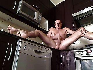 दरवाजा खोलने के साथ रसोई घर में