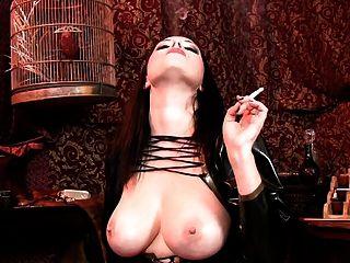 धूम्रपान और बड़े स्तन दिखा रहा है