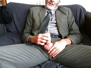 काम के सूट के बाद सेक्सी दाढ़ी वाले पिता और सोफे पर टाई राहत