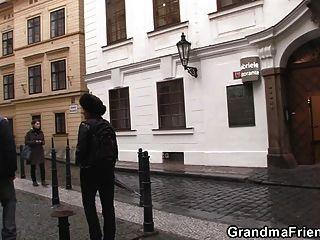 शरारती दादी के साथ मुश्किल त्रिगुट