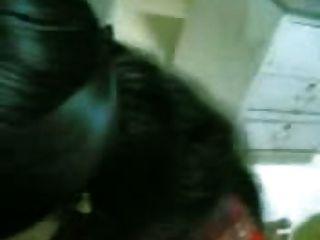 माल्लू लड़की को दे रही है और उसे सह बना रही है