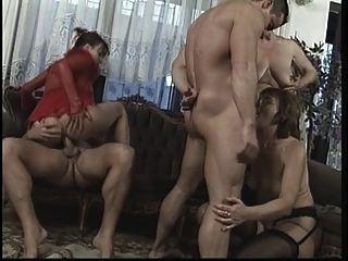 बड़ा डिक स्टड के साथ रहने वाले कमरे में जंगली परिपक्व नंगा नाच