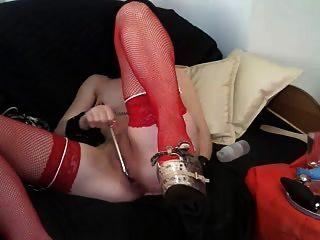मुखौटा और लाल पेंटीहोज में गुलाम लड़की