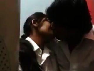 जोड़े उत्साही चुंबन