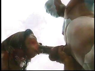 काले आदमी कमबख्त एक गोरा कम से कम स्विमिंग पूल में