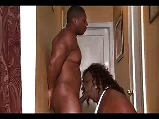 एक काला आदमी seducing काला shemale