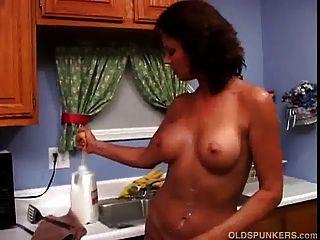 सेक्सी milf वैनेसा वाइड दूध के साथ गीला और गन्दा पाने के लिए प्यार करता है