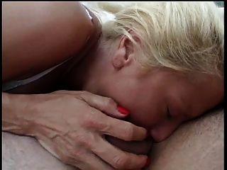 एक बड़ा कठिन मुर्गा द्वारा टक्कर लगी है धूम्रपान बड़े स्तन बड़े स्तन