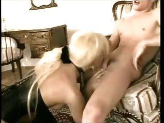 जूते और कोर्सेट में गोरा tranny के साथ गर्म सेक्स