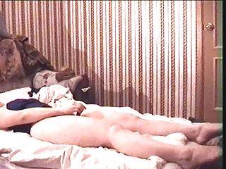 महिला ब्लूम सोफे पर masturbating।