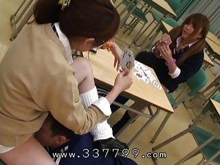 जापानी मालकिन मुख्य रूप से दास को बिल्ली चाटना