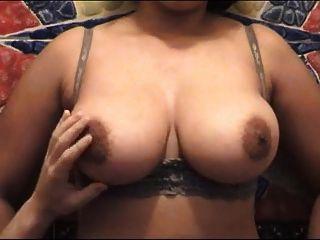 उसे खेलने और उसके स्तन groping करते हैं