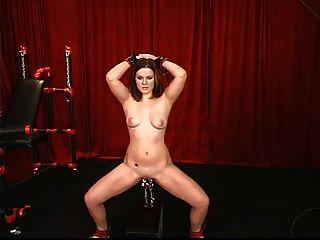 सेक्सी युवा श्यामला उसे बिल्ली clamped है और मास्टर द्वारा भारित नीचे