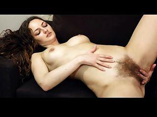 बालों सौंदर्य उसके clit rubs