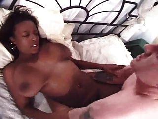 बड़े स्तन के साथ सुंदर काली लड़की