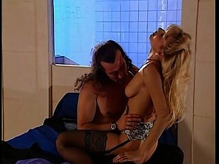 ली मार्टिनी कमबख्त से पति को पकड़ती है