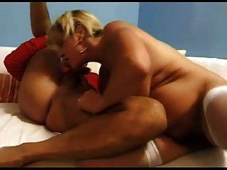 सफेद सोफा बीवीआर पर कमबख्त और स्क्विर्ट करना