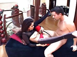 छिपकली ऊँची एड़ी के जूते और एक गेटर में ग्लैमर बेब सेक्स