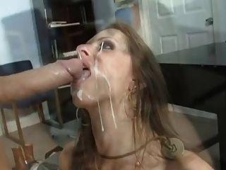 गर्म श्यामला उसके चेहरे में भीग हो जाता है