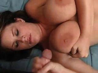 बड़े स्तन के साथ शौकिया लड़की एक handjob दे