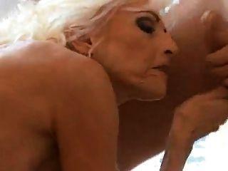गर्म गोरा दादी छोटे मनुष्य प्यार करता है