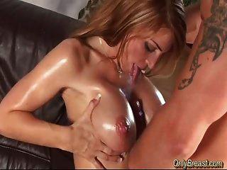 विशाल स्तन बेब tittyfucked हो जाता है और deepthroat करता है