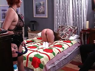 प्यारा समलैंगिक dominatrix एक प्यारा छोटी लड़की से बाहर नरक spanks