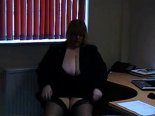 कार्यालय की कुर्सी में बड़े titted गोरा BBW dildos