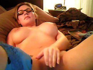 sexymom24 कैमरे के सामने masturbates